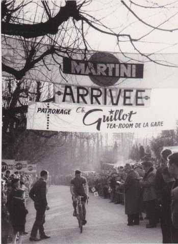Arrivée du vainqueur du cyclocross national de Nyon en 1960