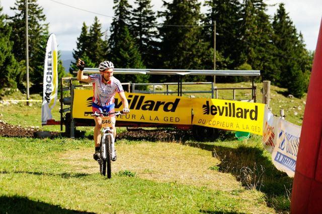 Andréa franchit l'arrivée en vainqueur de la course Populaire